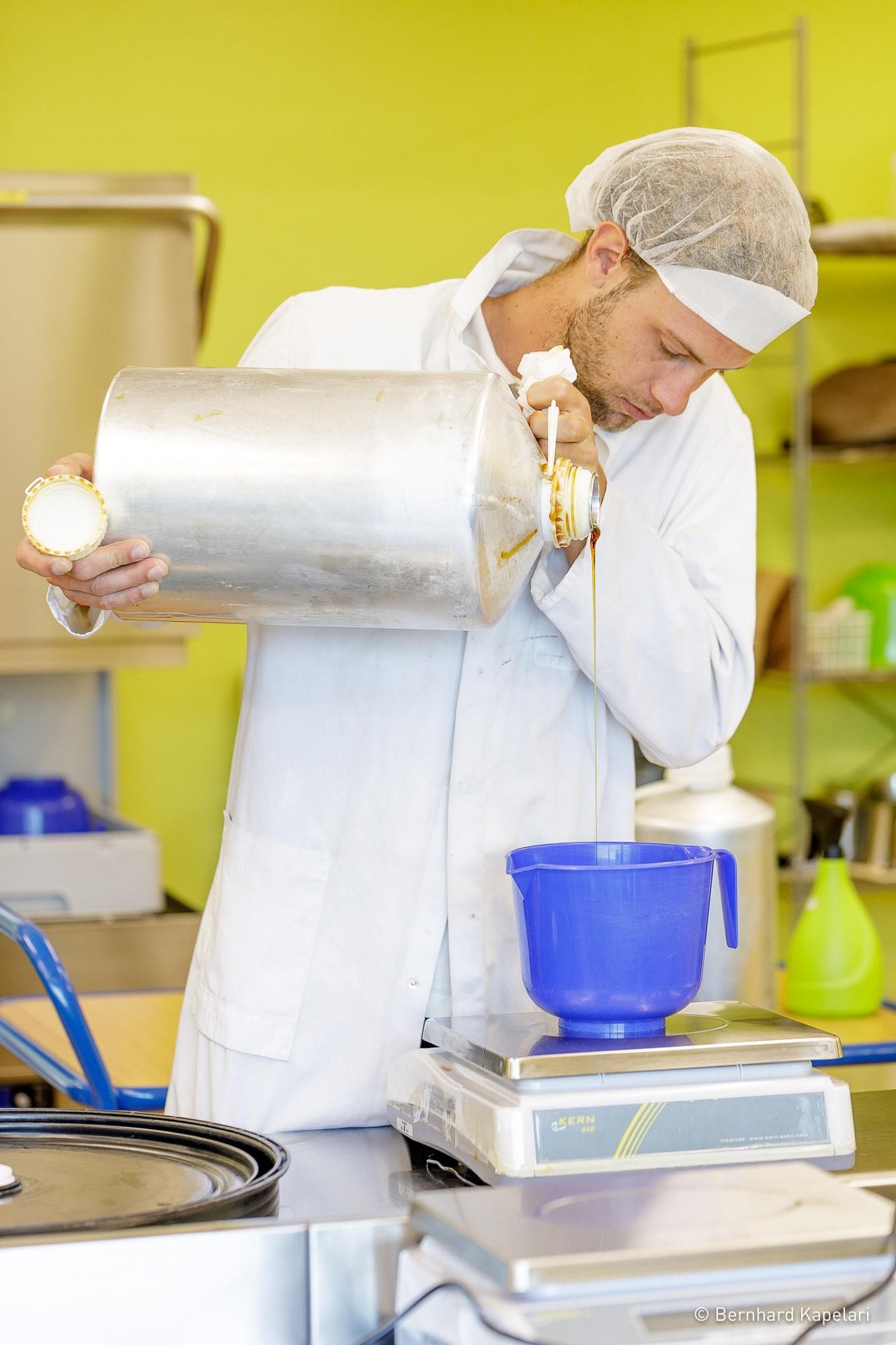 Günther Sanoll beim Salben Mischen – Handwerk Kosmetik